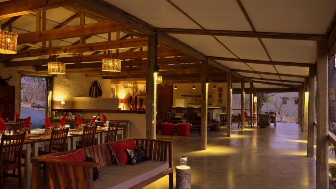 Chobe Elephant Camp - Algemene ruimte met lounge, bar en eetgedeelte