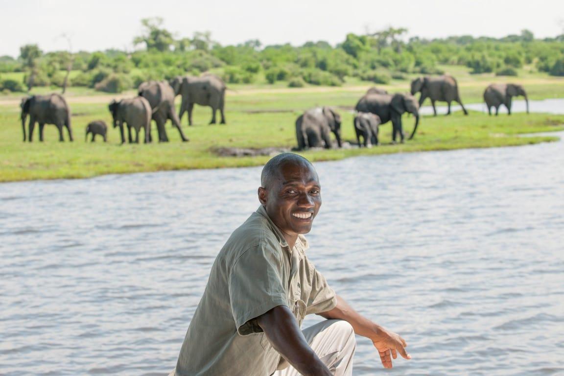 Avontuur & actie reizen Afrika - Gids met olifanten bij de rivier Chobe Elephant Camp
