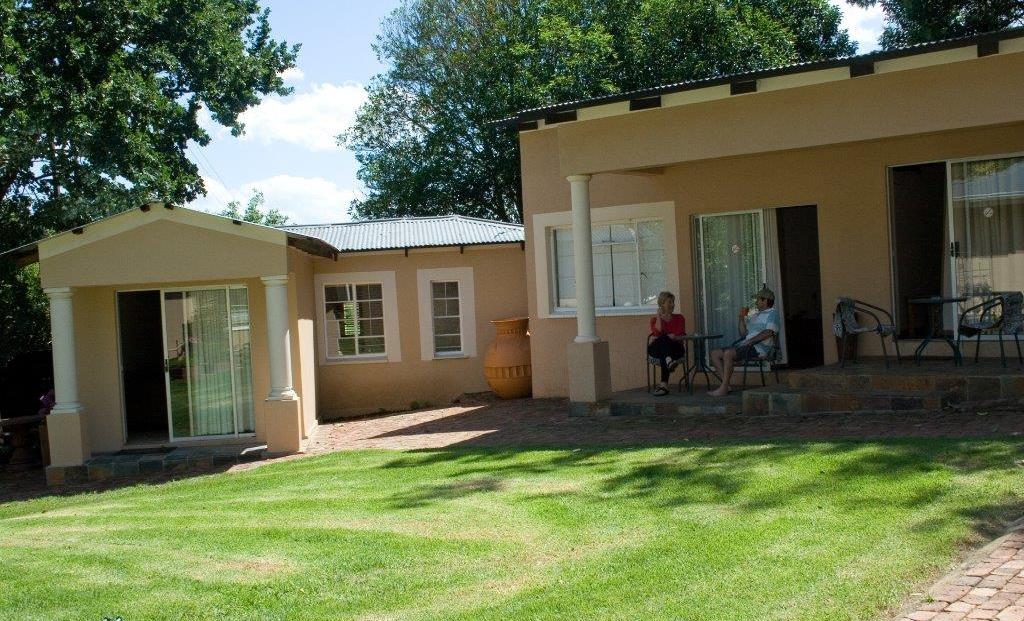 Drinkwater Guest Farm - op terras voor huisje