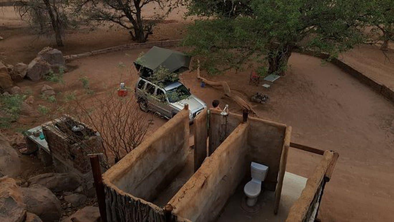 Rondreizen Namibië: Kampeerterrein met eigen douche en toilet.