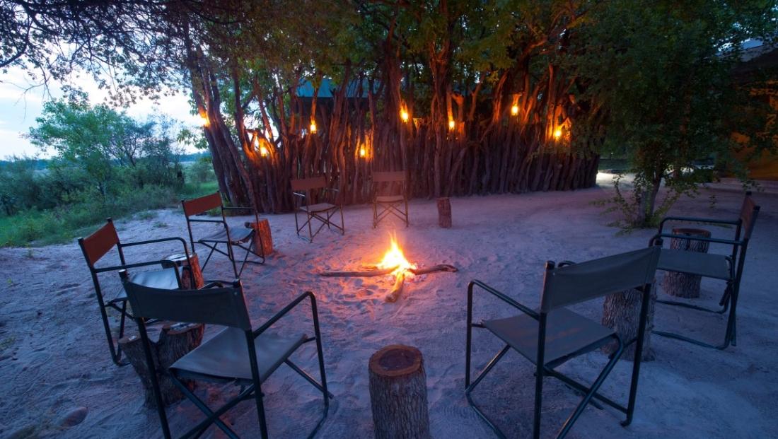 Sango Safari Camp - Boma met kampvuur