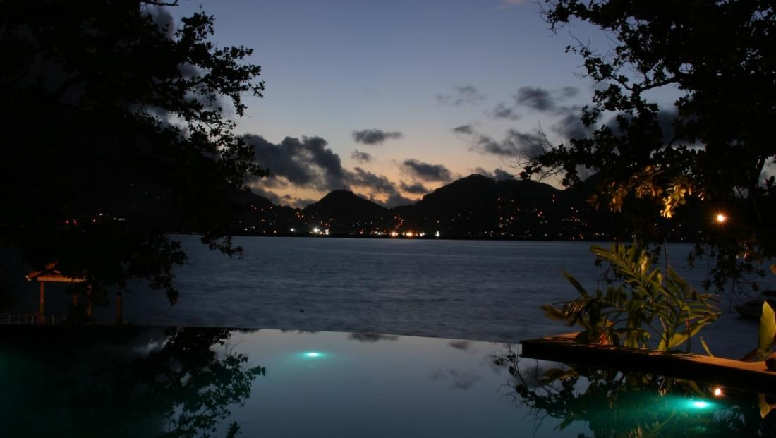 Cerf Island Resort - uitzicht vanuit zwembad