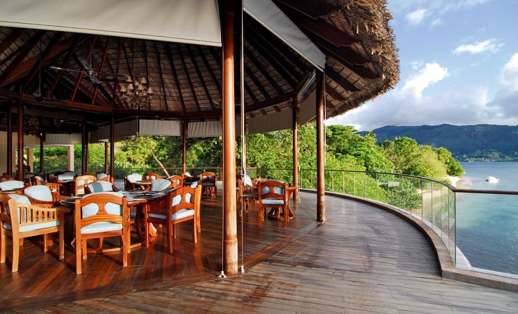 Cerf Island Resort - restaurant met uitzicht op zee