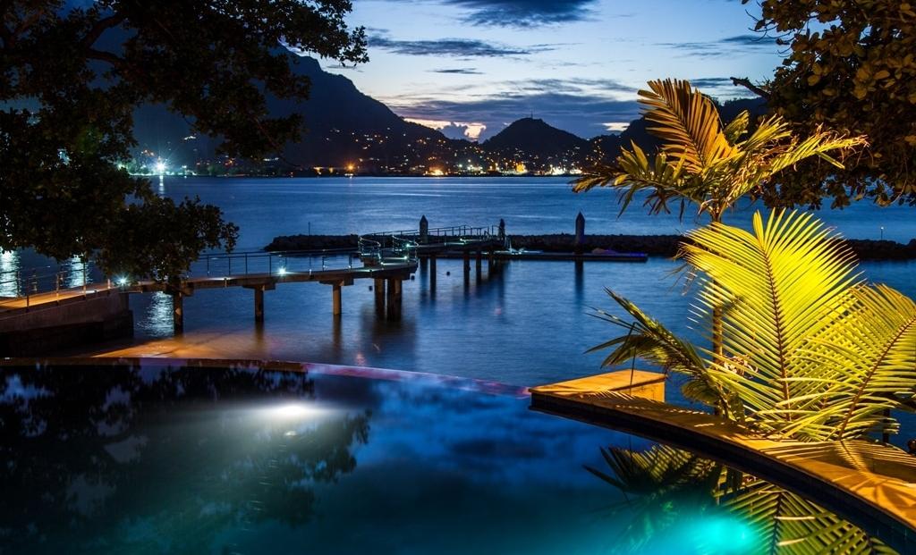 Cerf Island Resort - zwembad aan zee