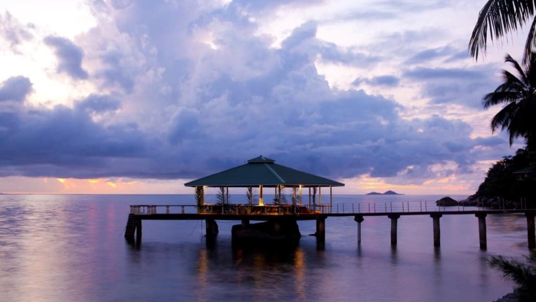 Coco de Mer - terras op pier