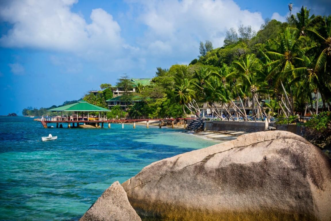 Coco de Mer - zee met pier