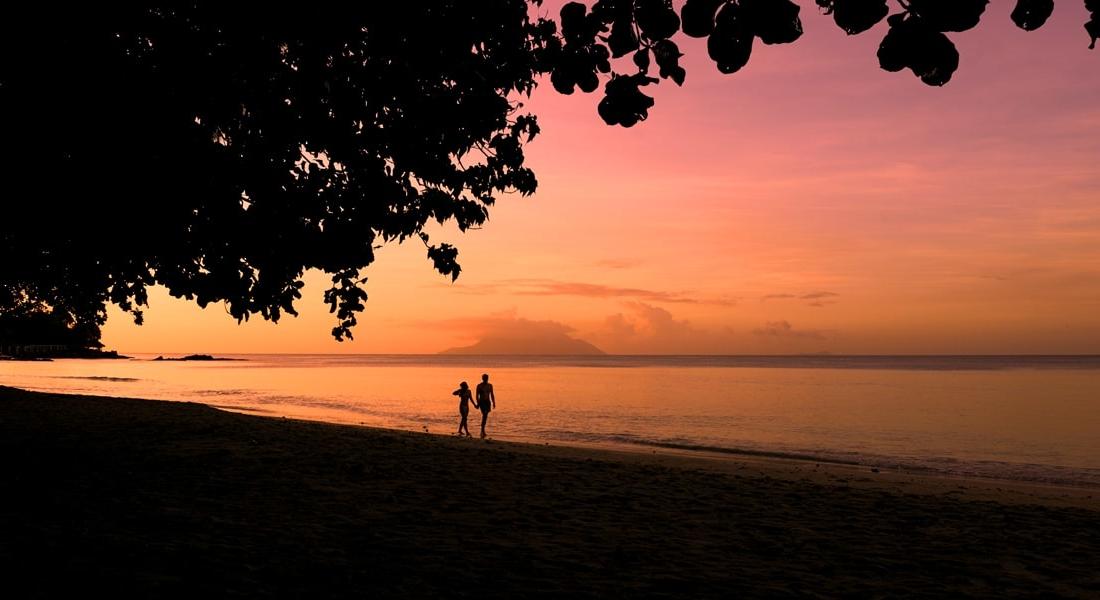 the H-Resort - strand bij avond