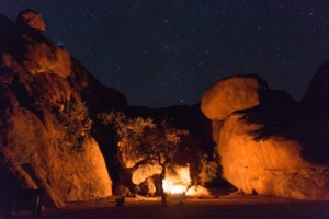 Olmo van Herwaarden - Kampvuur onder sterrenhemel bij Spitzkoppe