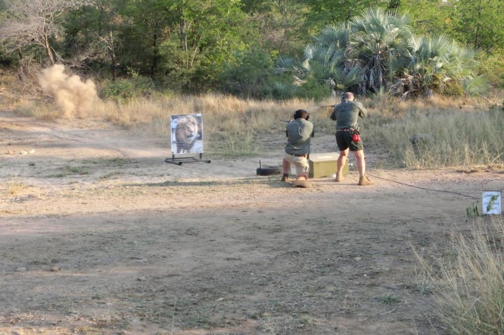 Rangercursussen: tijdens de jaarcursus leer je o.a. ook hoe je moet omgaan met een groot kaliber geweer.