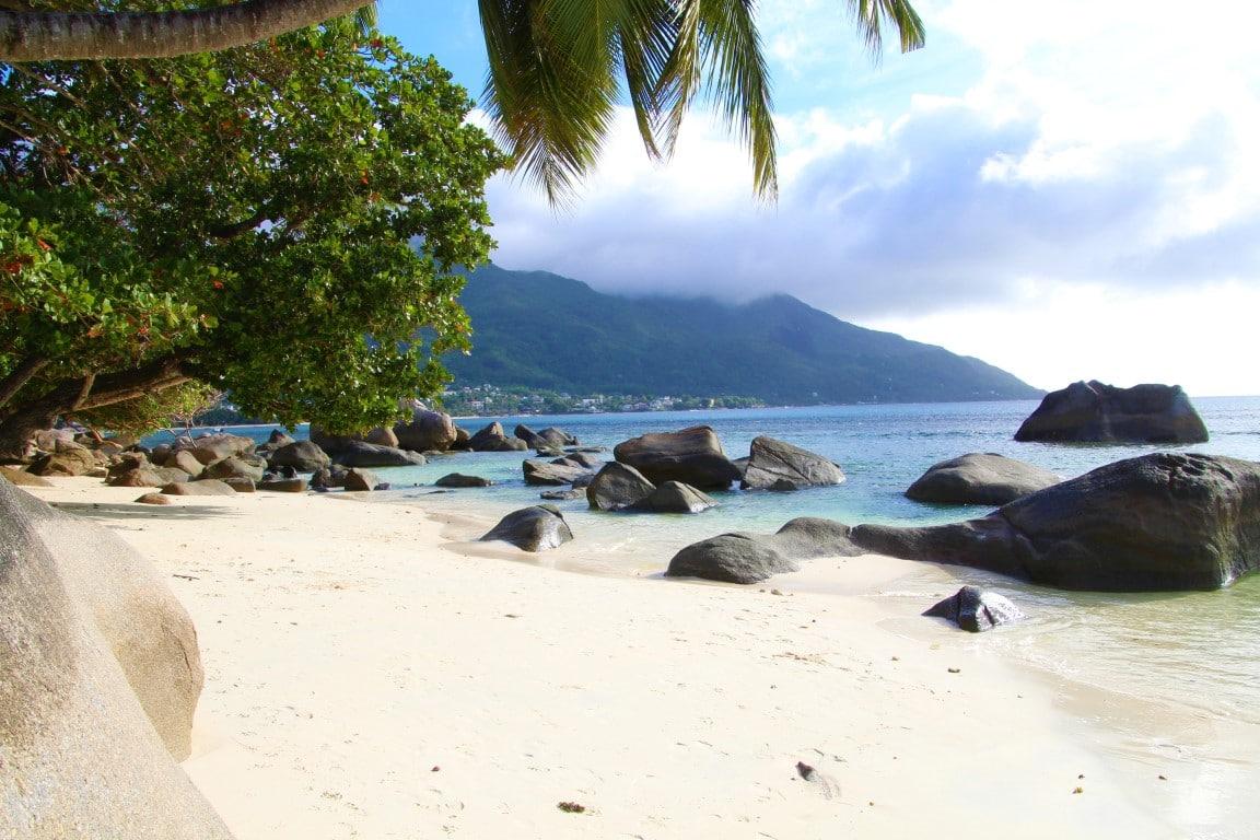 Op vakantie naar de Seychellen, dit zijn de mogelijkheden - rotsen, strand, zee, Beau Vallon, Mahe, Seychellen, Afrika