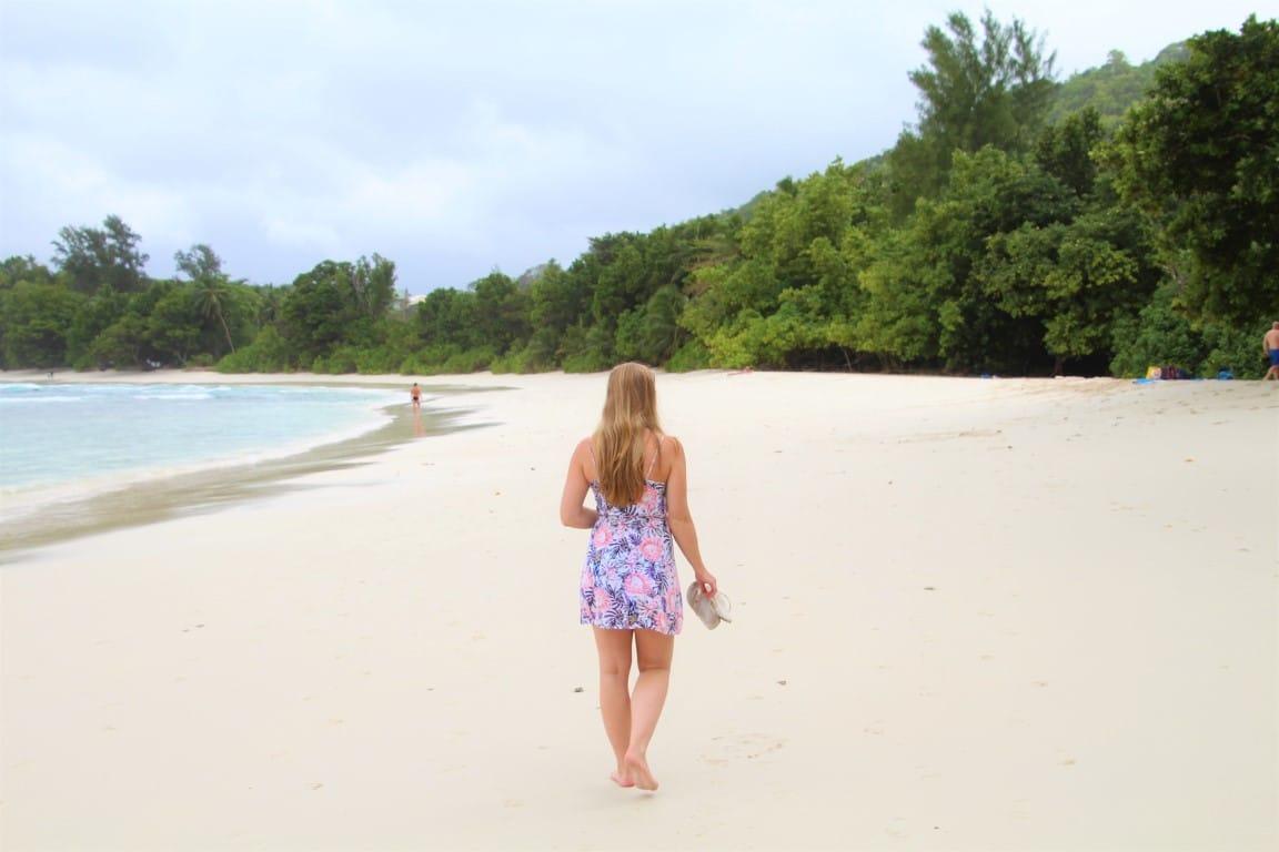 Rondreizen Seychellen - Wandelen over het witte strand