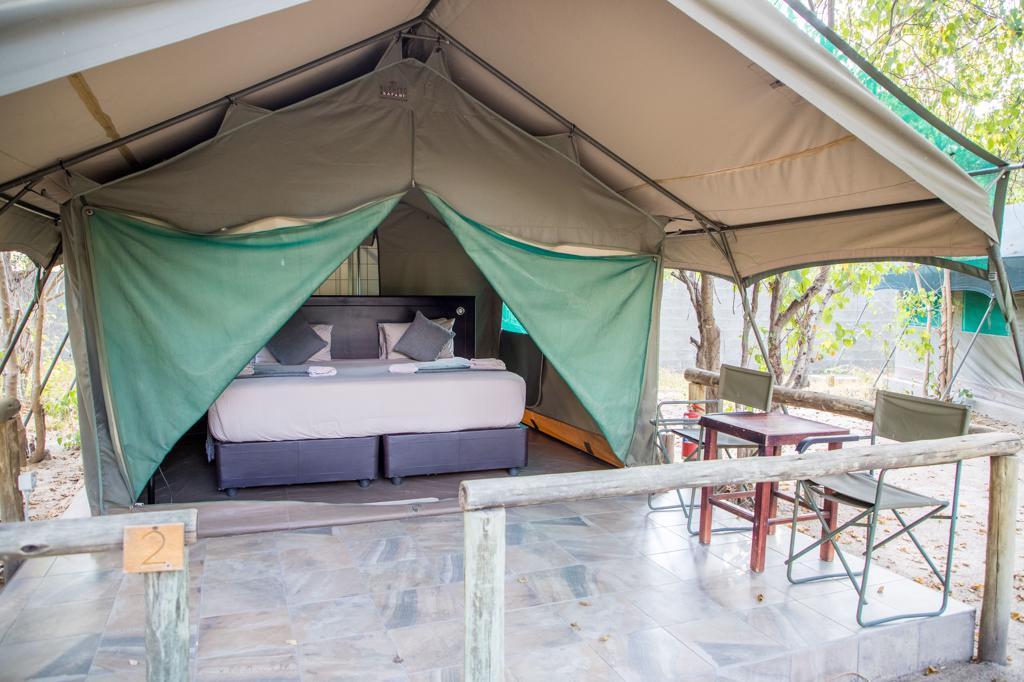 Fly-drive reizen Botswana: Een middenweg is een en-suite safaritent.