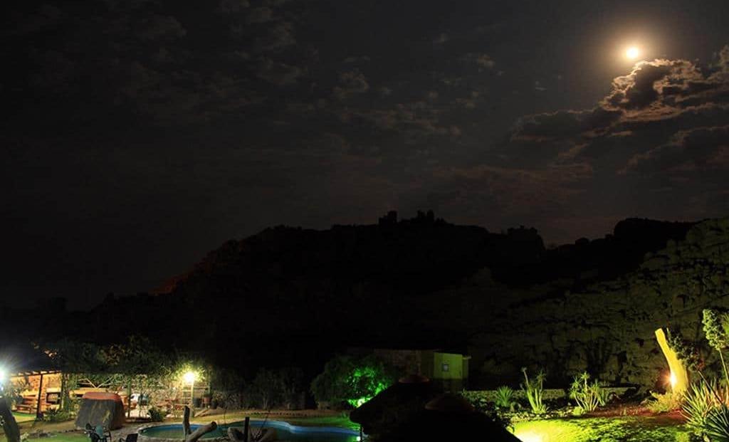 Brandberg White Lady Lodge - Volle maan boven de lodge