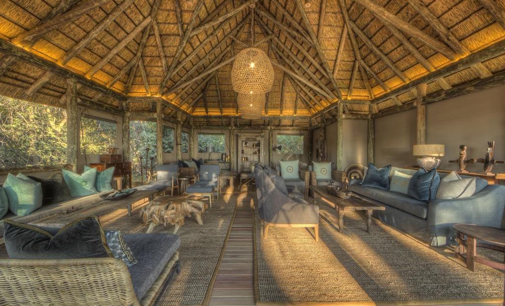 Camp Moremi - Lounge met verschillende zitjes