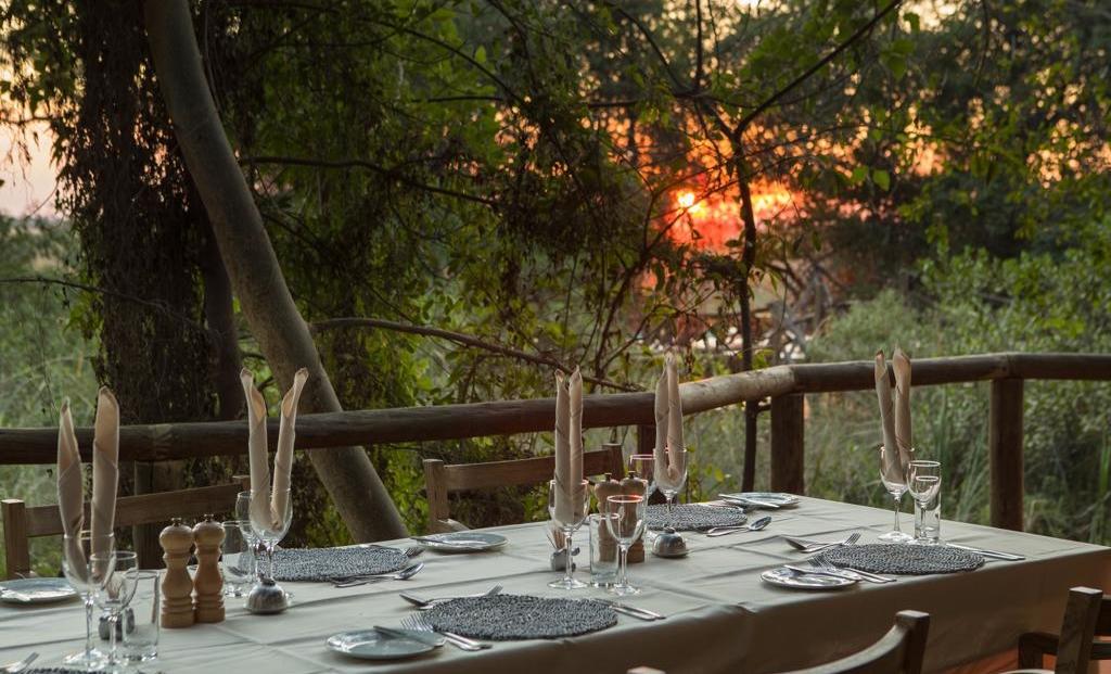 Camp Moremi - Maaltijd bij ondergaande zon