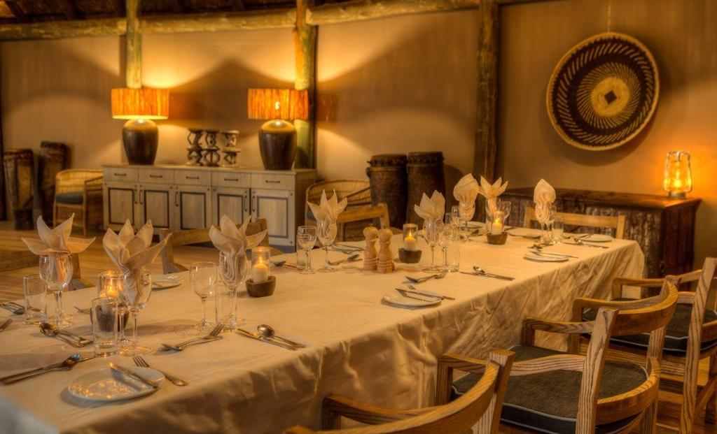 Camp Moremi - Mooi gedekte tafel voor heerlijk diner