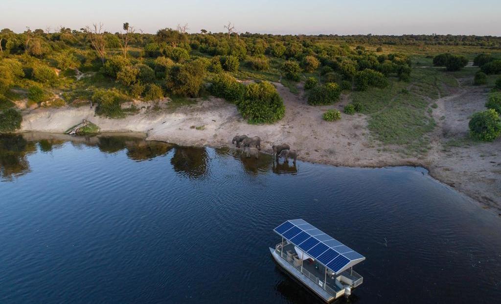 Chobe Game Lodge - Luchtfoto boottocht Chobe rivier met olifanten op de oever