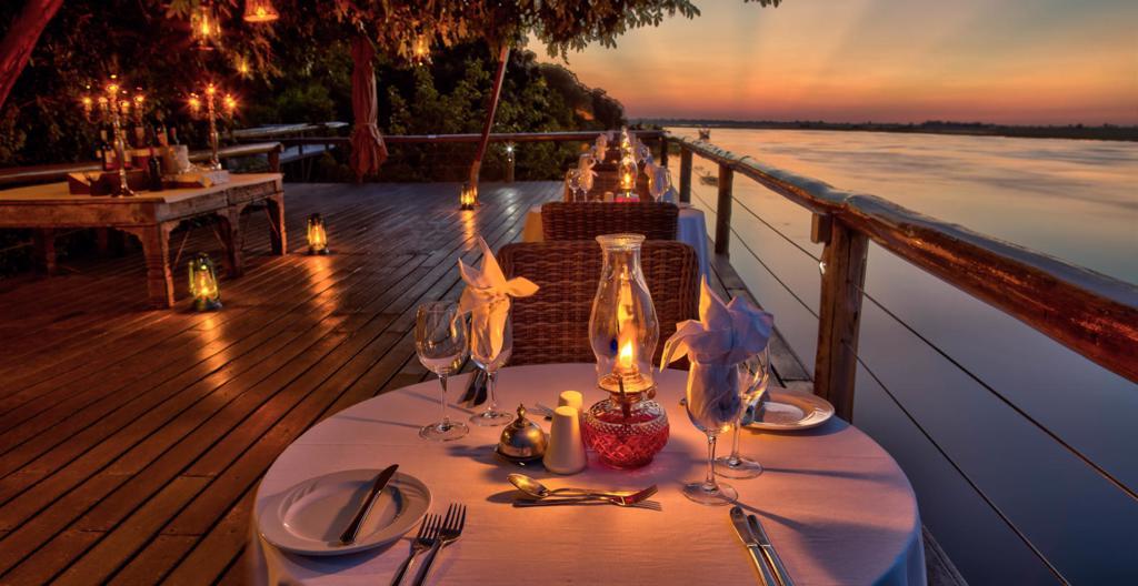 Chobe Game Lodge - Diner bij kaarslicht met uitzicht op de rivier