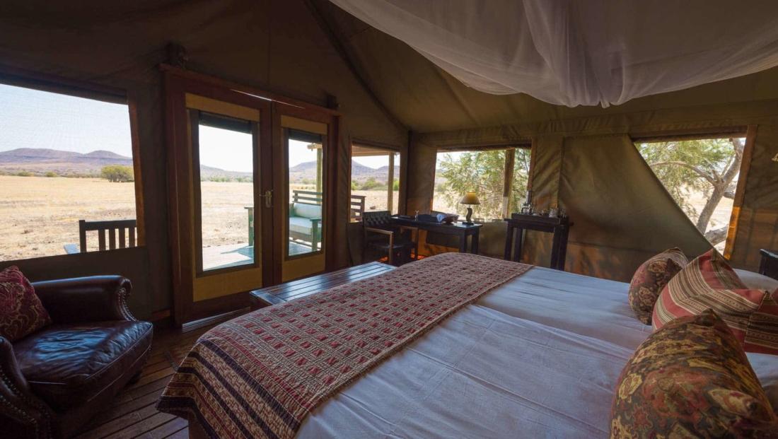 Desert Rhino Camp - Slaapkamer met uitzicht