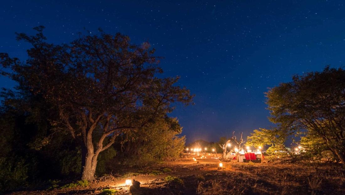 Desert Rhino Camp - Diner bij kaarslicht onder de sterrenhemel