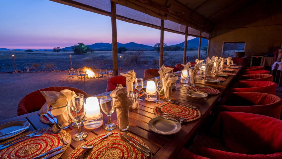 Desert Rhino Camp - Diner bij kaarslicht met uitzicht