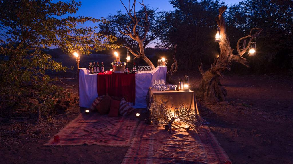 Desert Rhino Camp - Drankjes bij kaarslicht