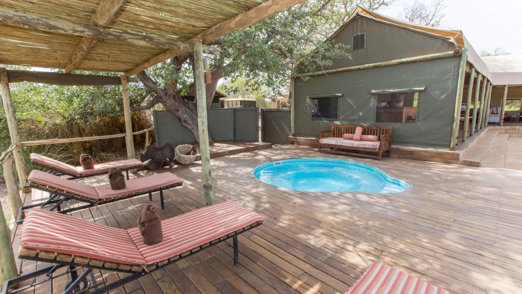 Desert Rhino Camp - Zwembad met ligbedden