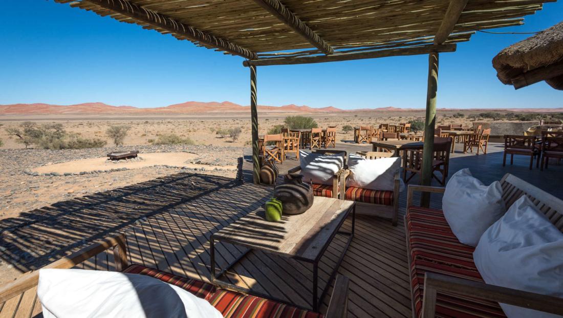 Kulala Desert Lodge - buiten lounge restaurant