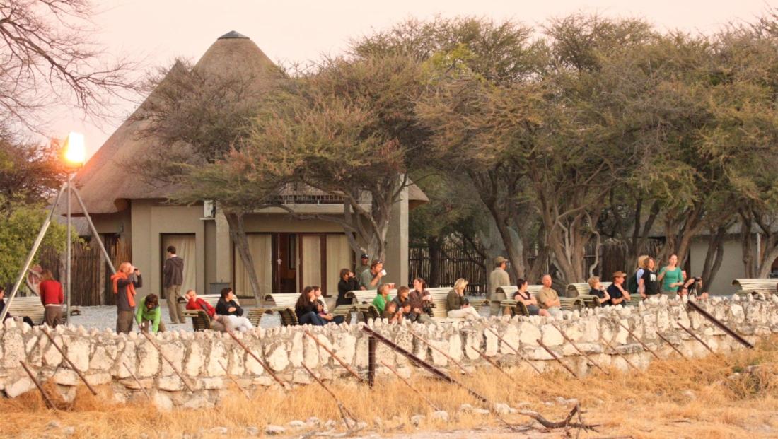 Etosha NP - Toeristen bij de drinkplaats van Okaukuejo