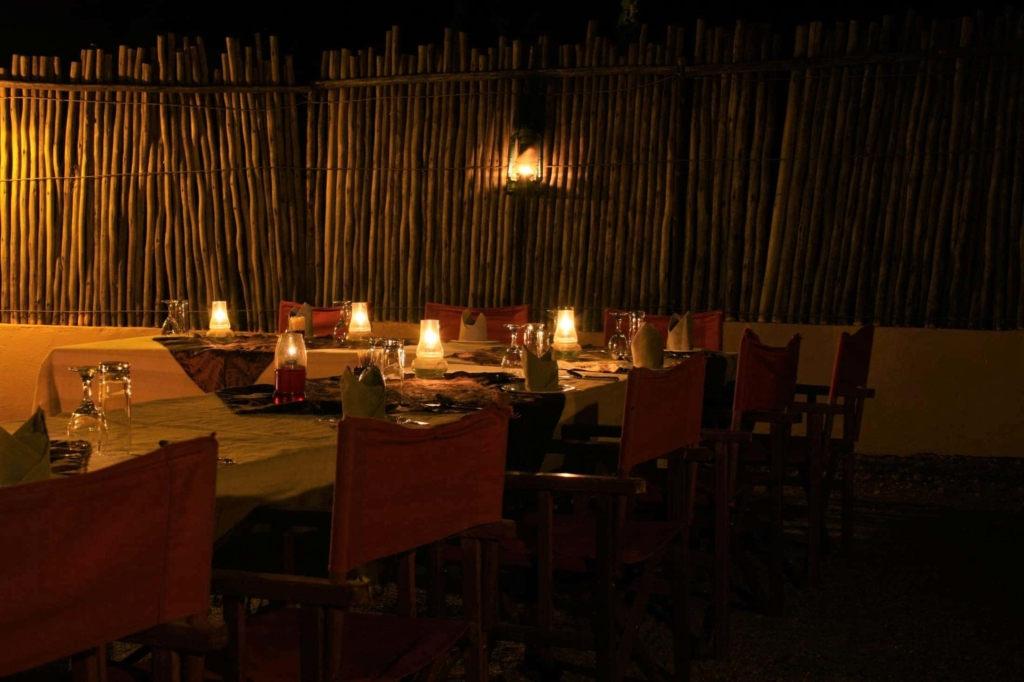 Nieuwsbrief Out in Africa - Loadshedding - KwaMbili Lodge - Boma diner bij kaarslicht
