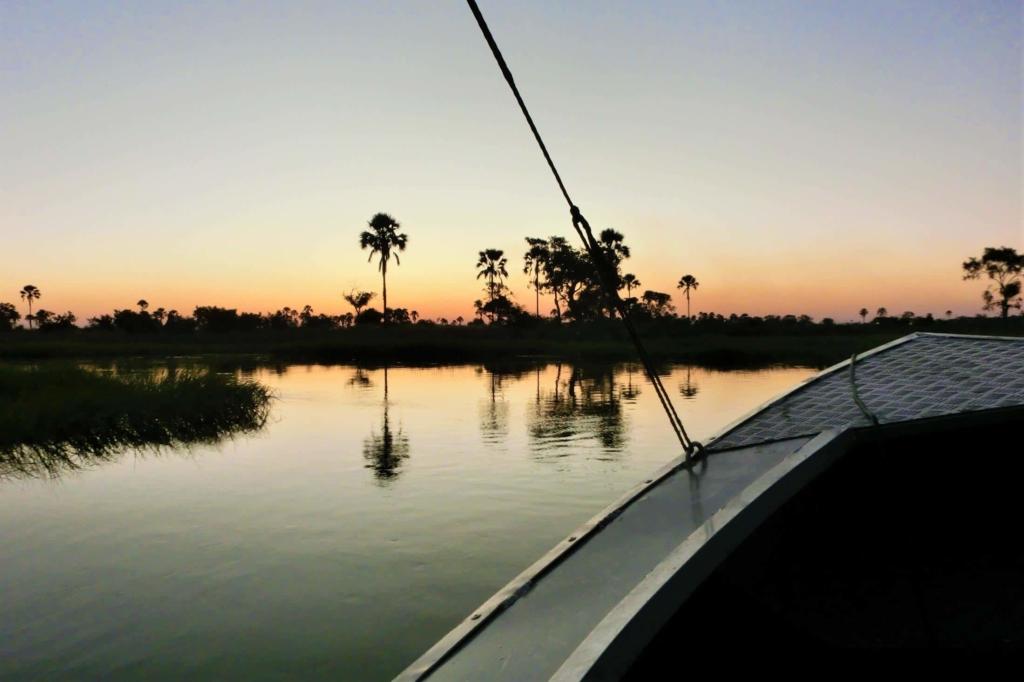 Fly-in Safari Botswana - Okavango Delta - Zonsondergang vanuit motorbootje