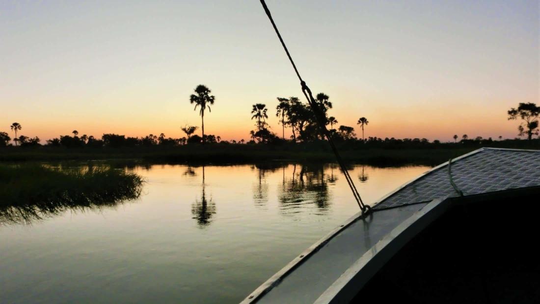Okavango Delta - Zonsondergang vanuit motorbootje