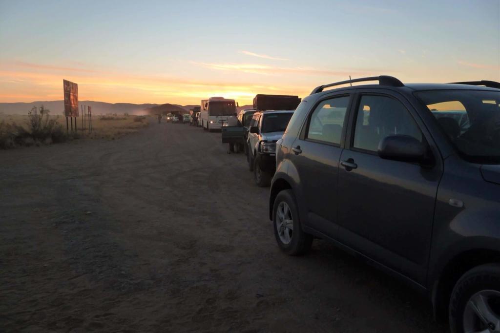 Sossusvlei in het Namib Naukluft Park - Wachten tot het hek open gaat