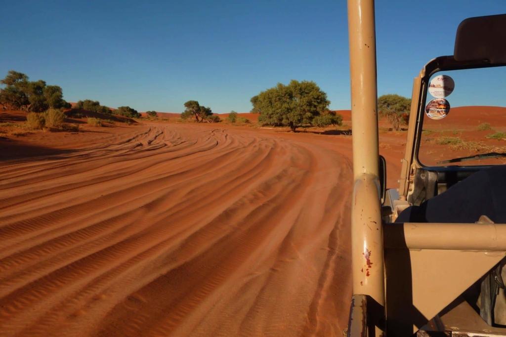 Sossusvlei in het Namib Naukluft Park - Shuttle naar de Sossusvlei, zelf rijden is zwaar 4x4 werk door zacht zand