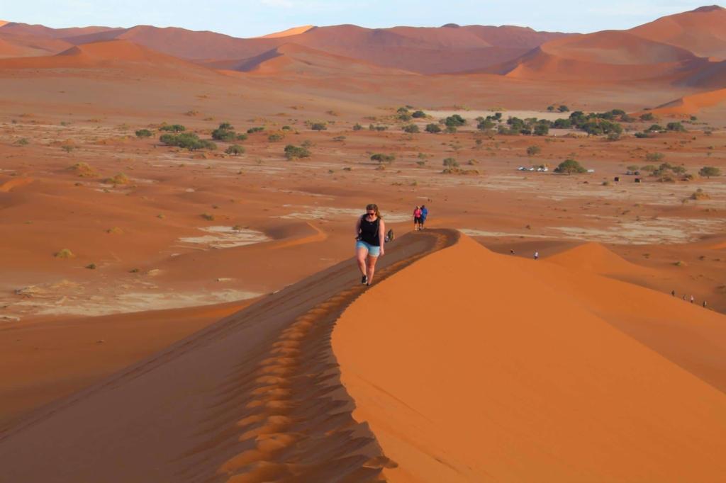 Drukte in Namibië - Sossusvlei - Door het zachte zand de duinen op