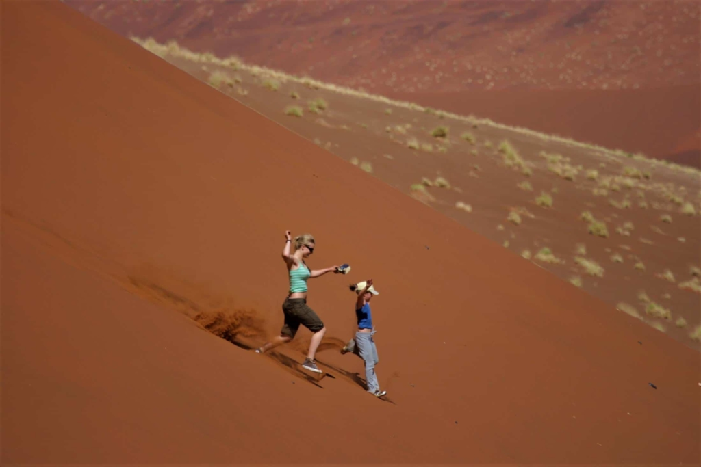 Meest geschikte landen in Afrika voor vakantie met kinderen - Sossusvlei - Van de duinen af rennen