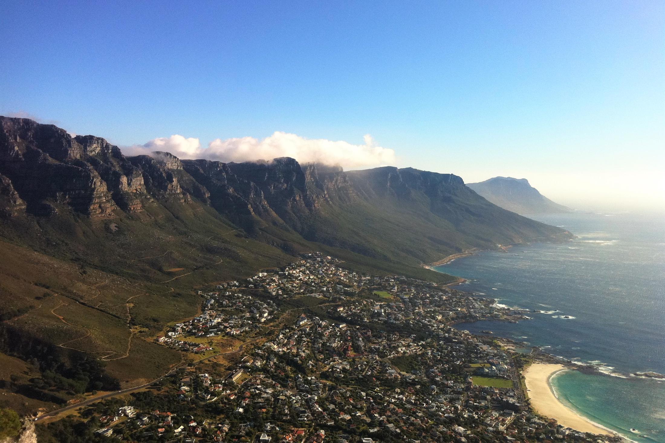 Rustige reizen Afrika - Uitzicht over Camp's Bay vanaf Tafelberg, Kaapstad