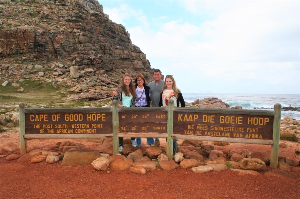Kaapstad - Familie bij Kaap de Goede Hoop bord