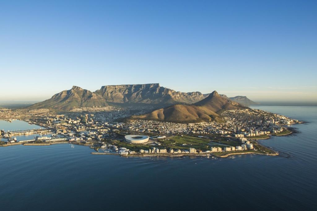Kaapstad - Stadgezicht met stadion, Lion's Head en Tafelberg
