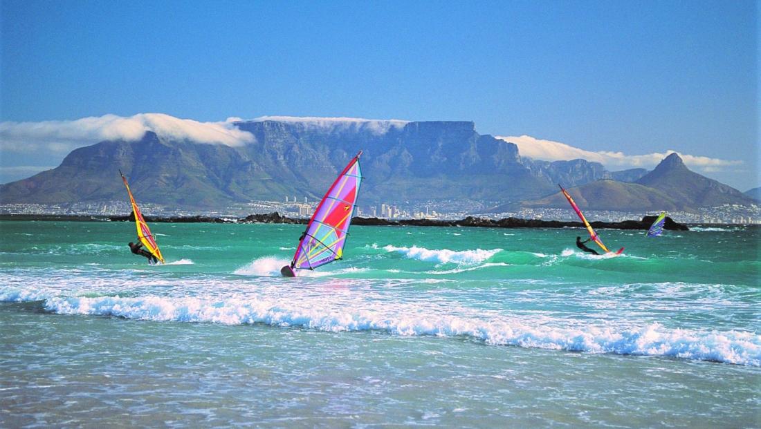 Kaapstad - Windsurfers Tafelberg op achtergrond