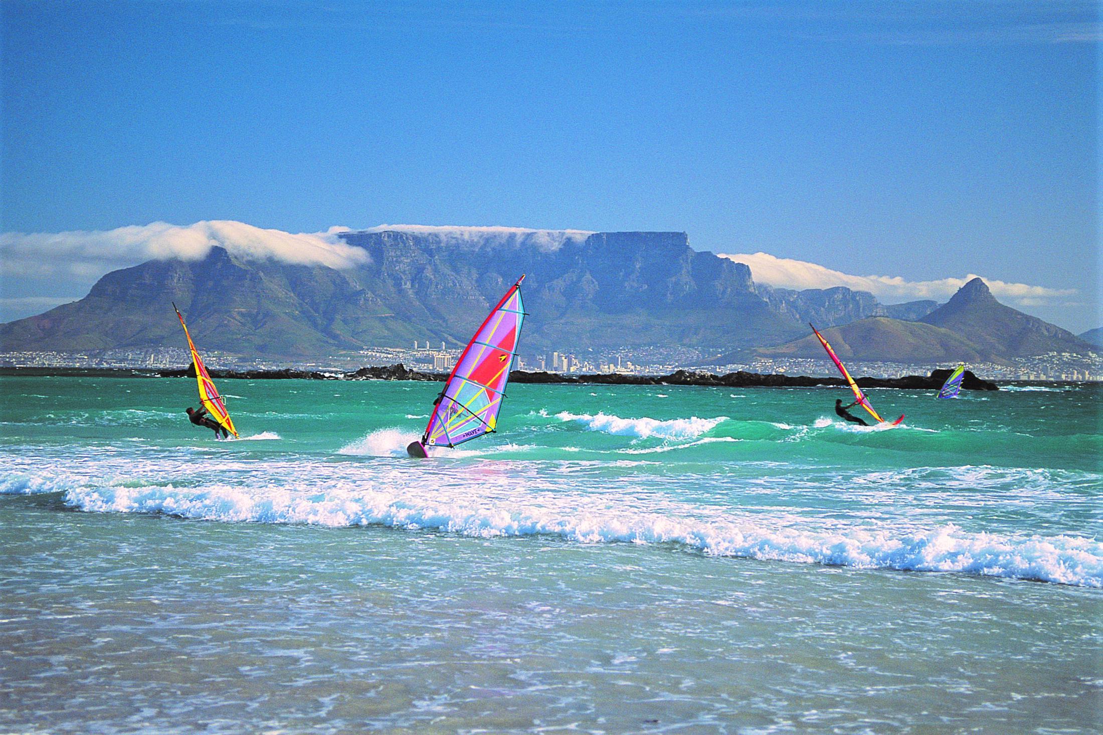 Avontuur & actie reizen Afrika - Windsurfers met Tafelberg op de achtergrond, Kaapstad