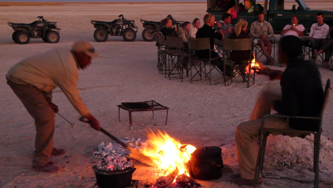 Makgadikgadi Zoutpannen - De gidsen zorgen voor het kampvuur en de braai