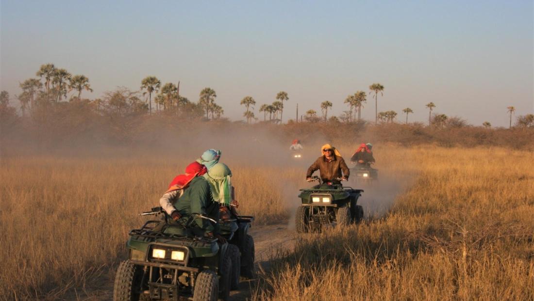 Makgadikgadi Zoutpannen - Quad bike tocht door het gras