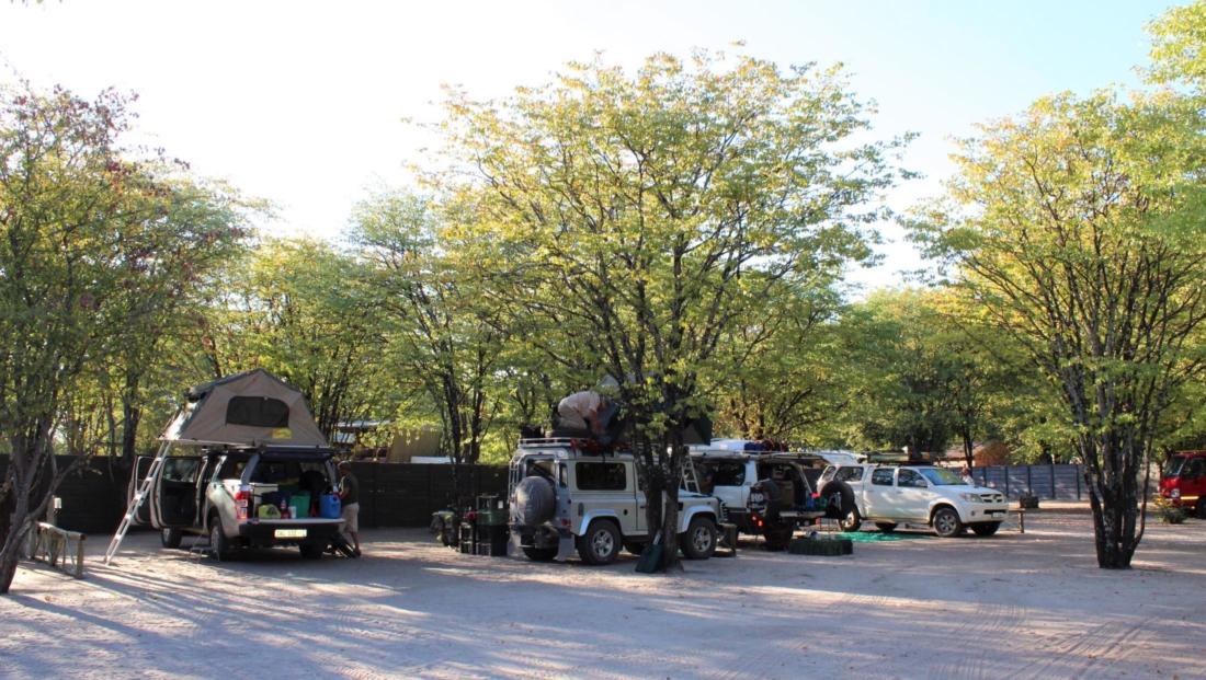 Audi Camp - Kampeervoertuigen met daktenten op kampeerterrein