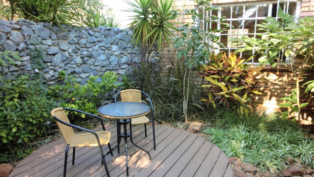 Chobe River Cottages - Terrasje in de tuin