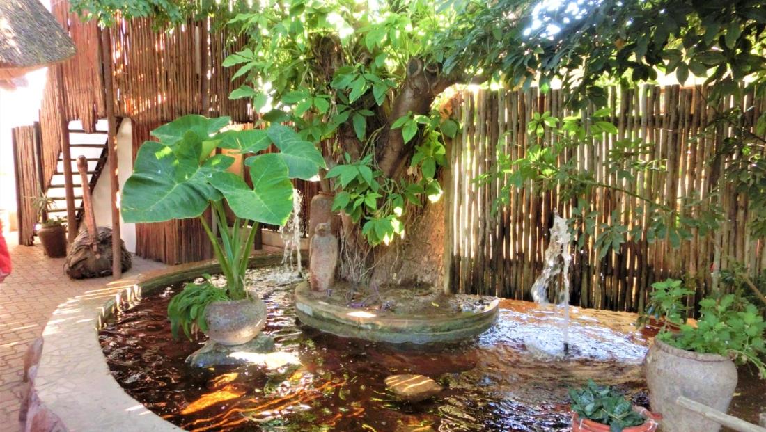 Garden Lodge - Fontein bij de entree