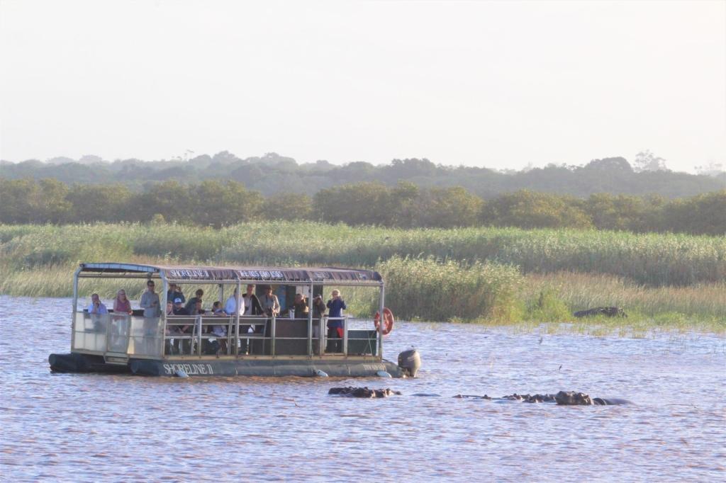 Nieuwsbrief Out in Africa - Isimangaliso St Lucia - Nijlpaarden bekijken tijdens een boottocht
