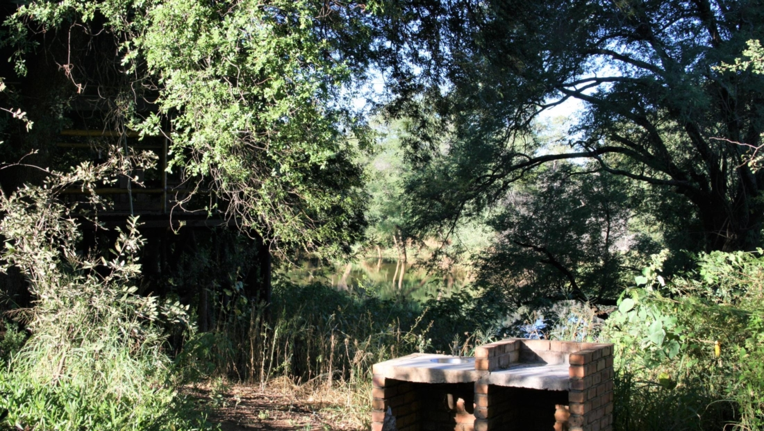 KwaNokeng Lodge - Kampeerplaats met braai en uitzicht over de rivier