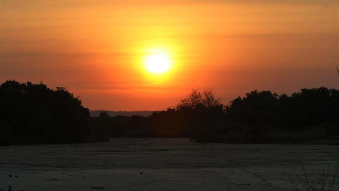 South Luangwa NP - Zonsondergang over droge vlakte